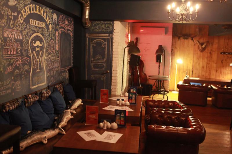 <p>Средний чек в Gentleman's House составляет 1500 рублей на человека, а количество гостей зависит от дня недели: в будни в заведение приходит не очень много гостей, а вот в выходные – до 150 человек.</p>  <p>Фото А. Федорова</p>