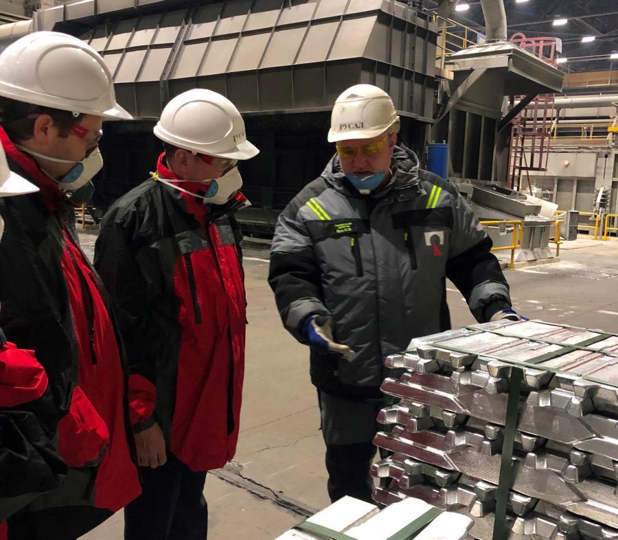 <p>Генеральный директор ИркАЗа Олег Буц с представителями Роструда<br /> Фото предоставлено пресс-службой завода</p>