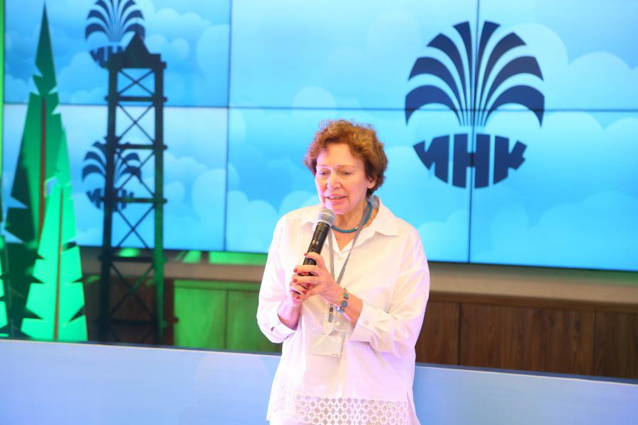 <p>Людмила Чернявская, руководитель корпоративного музея ИНК.<br /> Фото: А.Федоров</p>