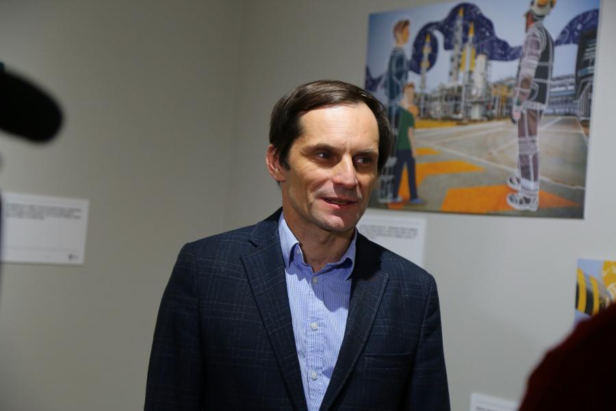 <p>Сергей Евчик, руководитель пресс-службы Иркутской нефтяной компании.<br /> Выставка ИНК «На этой земле».<br /> Фото: Андрей Федоров</p>