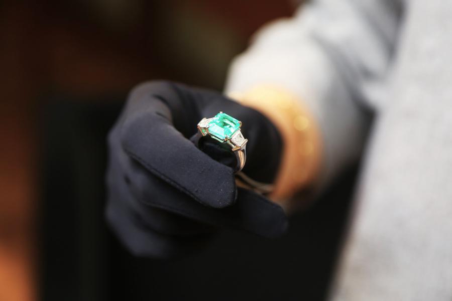 <p>Кольцо с изумрудом, 750 проба, изумруд огранки октаэдр 4,88 карат 2/2, 2 бриллианта огранки трапеция 0,92 карат.<br /> Фото: Андрей Фёдоров</p>