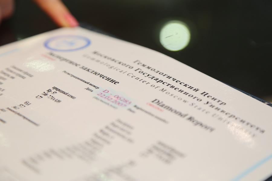 <p>Самая известная система сертификации бриллиантов – это GIA, Геммологический институт Америки.<br /> Есть также GRS – это швейцарский сертификат, не менее значимый<br /> Фото: Андрей Фёдоров</p>