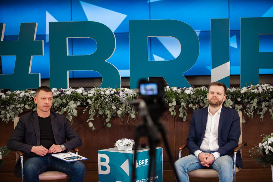 <p>Евгений Рогов, директор департамента транспортной логистики(слева), Василий Ериклинцев, риск-менеджер ИНК. Фото из архива компании</p>