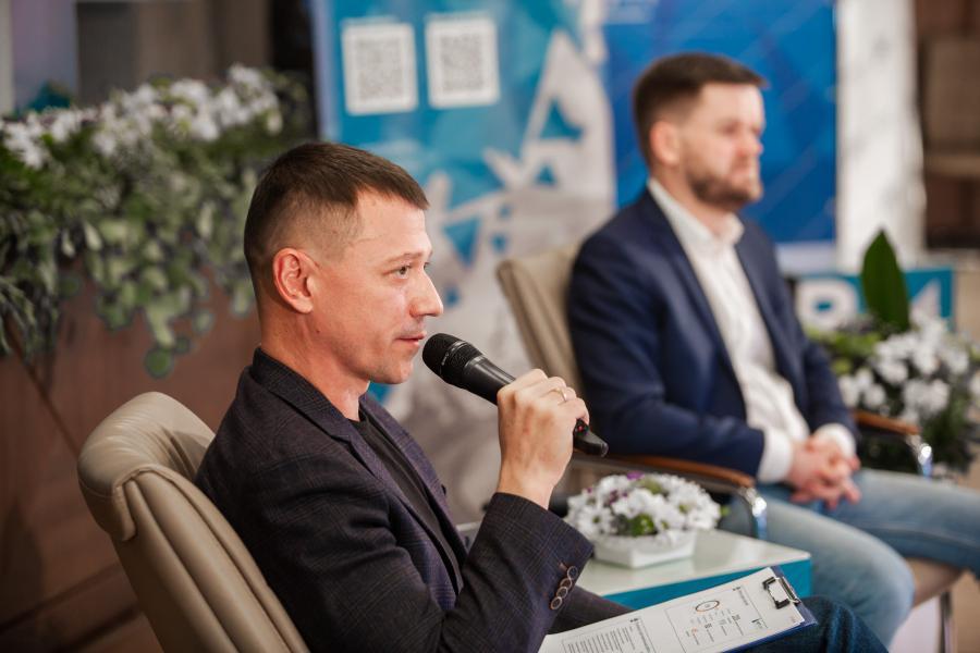 <p>Евгений Рогов, директор департамента транспортной логистики, Василий Ериклинцев, риск-менеджер ИНК. Фото из архива компании</p>