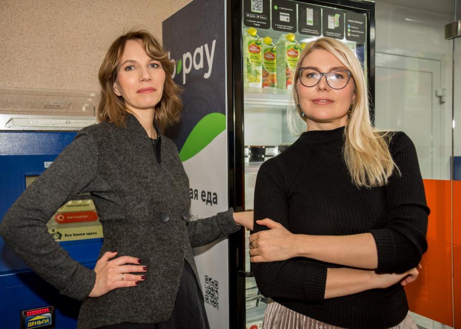 """<p>Наталья и Анна презентуют проект """"Умный холодильник """"Точка вкуса""""</p>  <p>Фото из архива компании</p>"""