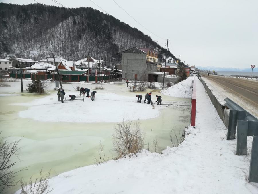 <p>В Листвянке устранили угрозу подтопления жилых домов.<br /> Фото предоставлено пресс-слубой МЧС по Иркутской области.</p>