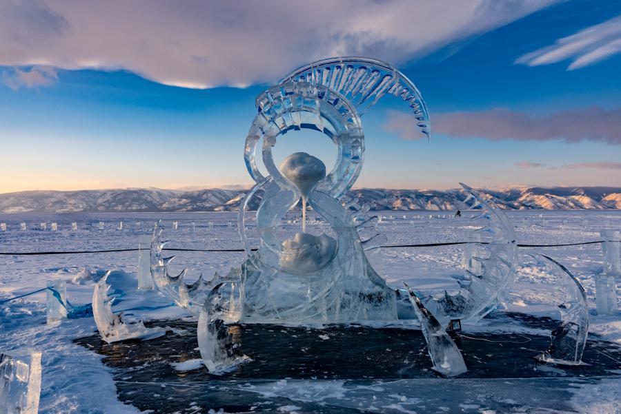 <p>Работа «Время-песок», победившая в конкурсе ледовых скульптур на Olkhon Ice Fest – 2021<br /> Фото В.Вахрушева</p>