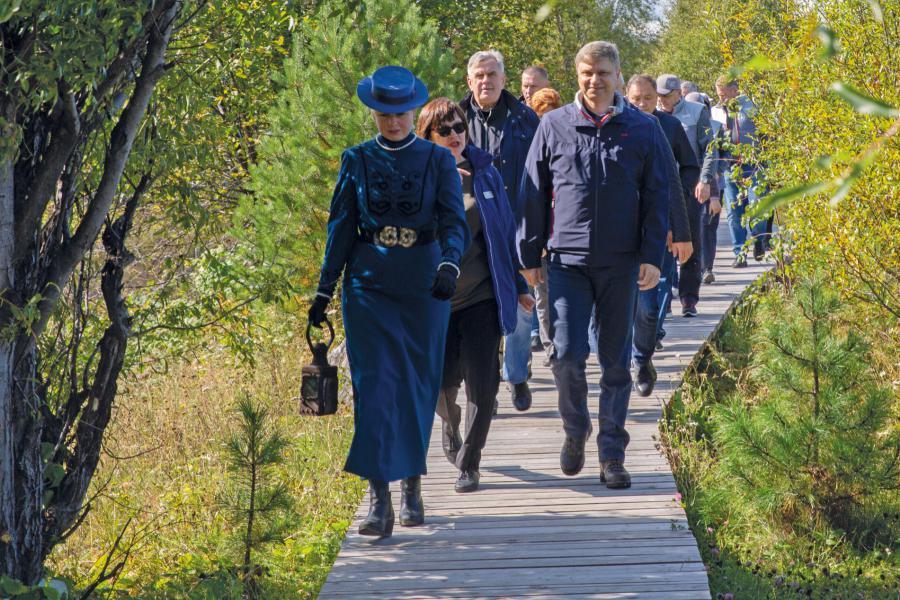 <p>Олег Белозёров (справа), генеральный директор РЖД, на открытии эко-тропы в Танхое<br /> Фото из архива компании</p>